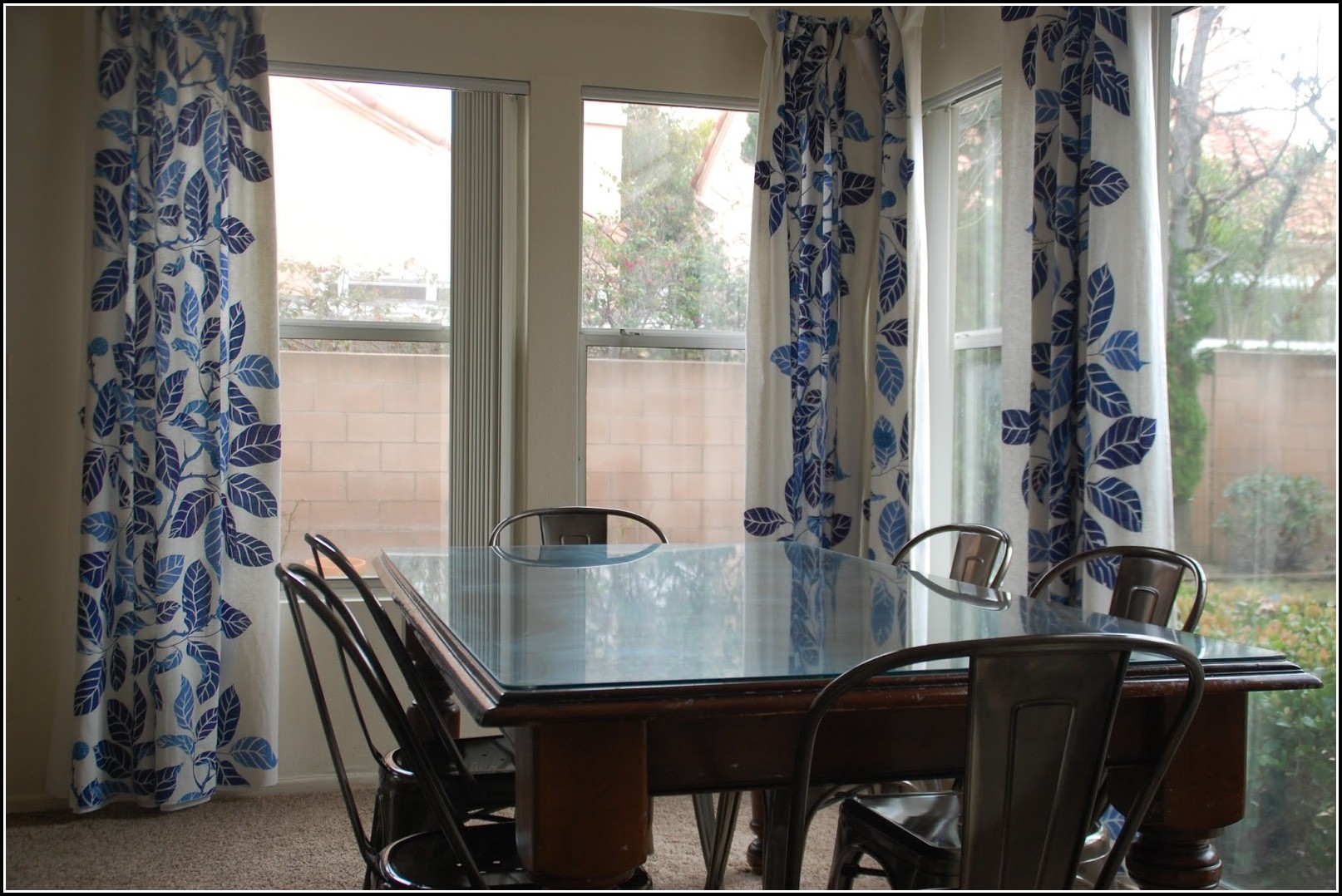 Dining room curtain panels download page home design for Casual dining room curtain ideas