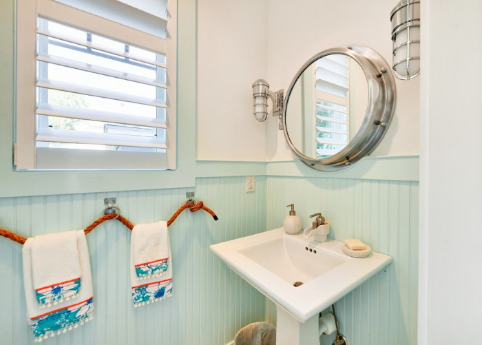 Pedestal Sink with Towel Bar